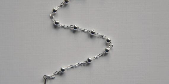 srebrny różaniec z kamieniami